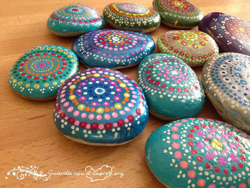 sassi di fiume decorati