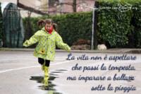 la vita non è aspettare che passi la tempesta ma imparare a ballare sotto la pioggia