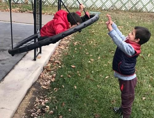 Bimbo con sindrome di Down aiuta i fratelli con disabilità